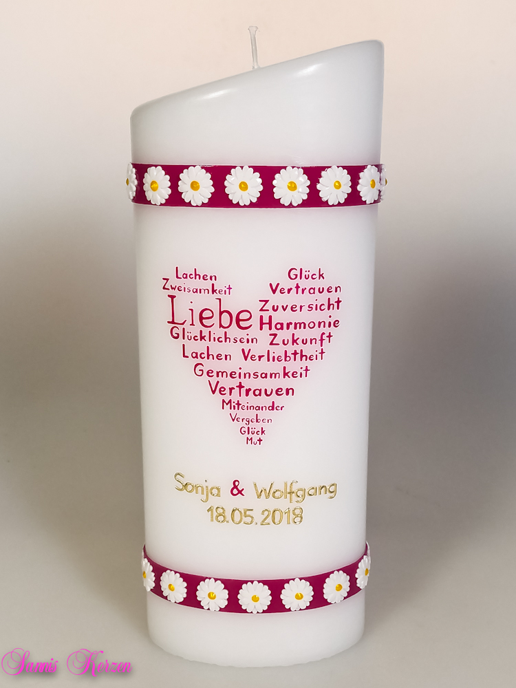 Hochzeitskerz Herz aus Worten mit Blütenbanderolen oval abg. in der Farbe weiß  für nur  47,00€